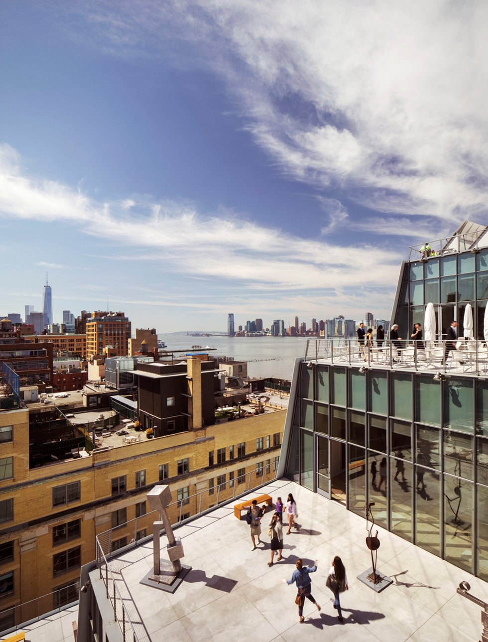 Whitney Museum of American Art. Museet har flyttet ut av lokalene i Madison Avenue og inn i en helt ny og spesielt tegnet bygning mellom High Line Park og Hudson River i Meatpacking District.